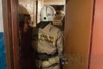 На Новосибирской улице пожарные помогли врачам эвакуировать бабушку: Фоторепортаж