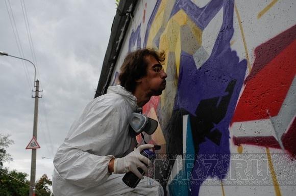 «Достоевский и космос»: на Школьной улице появилось 200-метровое граффити: Фото