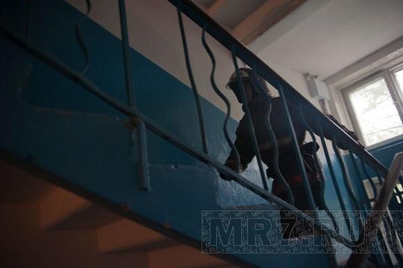На Новосибирской улице пожарные помогли врачам эвакуировать бабушку: Фото