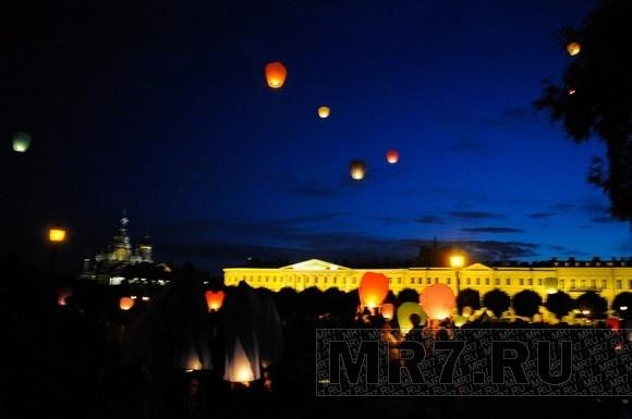 Вечернее небо Петербурга раскрасили цветные горящие фонарики: Фото