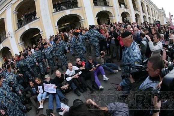 Полиция: на вчерашних акциях в Петербурге задержаны 50 человек: Фото
