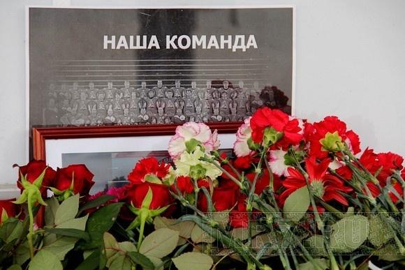 У «Юбилейного» петербуржцы поминают погибших под Ярославлем: Фото