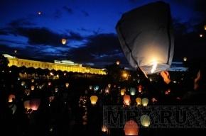 Вечернее небо Петербурга раскрасили цветные горящие фонарики