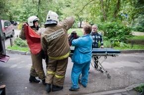 На Новосибирской улице пожарные помогли врачам эвакуировать бабушку