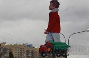 Дети, «пролетающие» над дорогой