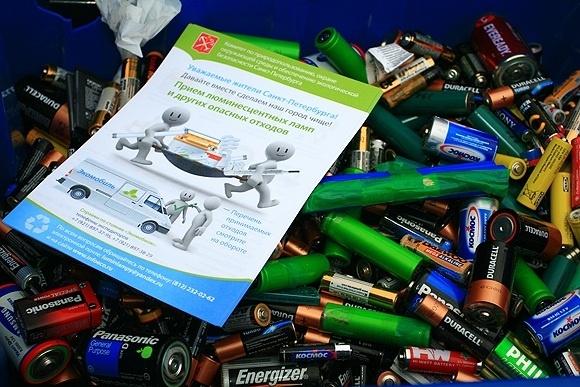 Обладатели вредных батареек сдали их в «экомобиль»: Фото