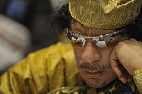Над телом Каддафи глумятся жители Мисураты
