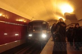 Мужчина упал на рельсы на синей ветке метро