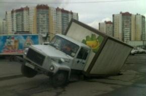 Грузовик провалился в яму в Красногвардейском районе