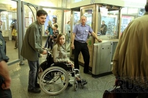 В Петербурге пока не смогли придумать, как спускать колясочников в метро