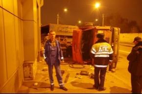 В Петербурге перевернулся мусоровоз