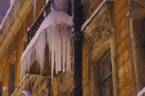 Кто должен сбивать сосульки с балконов