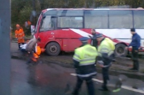 На проспекте Косыгина маршрутка столкнулась с трамваем