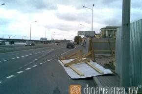 Строительный забор перекрыл участок проезжей части на Арсенальной набережной