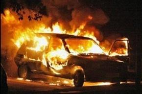 Крупный пожар на Гаккелевской улице: повреждено 15 автомобилей (видео)