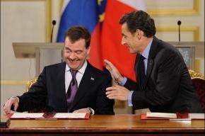 Президент Франции навестил жену и новорожденную дочь