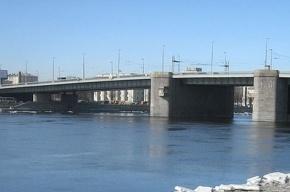 Прохожий спас девушку, которая бросилась с Володарского моста