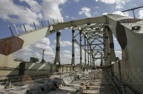 Водитель грузовика въехал в опору моста и скрылся
