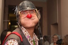 Американские клоуны надели красные носы в питерских больницах