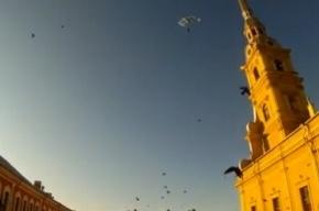 Парашютисты прыгнули со шпиля Петропавловки