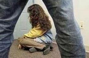 Извращенец раздел ребенка в подъезде дома