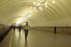В Озерках закрыли метро из-за разбитого плафона