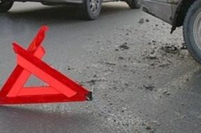 На Смольной набережной автомобили падают в яму
