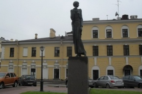 Анна Ахматова напротив «Крестов»