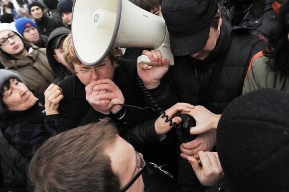 Митинг на Пионерской площади прошел мирно: Фото