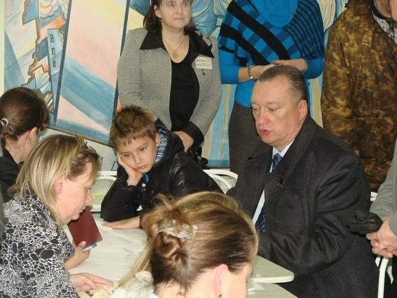 Тюльпанов пришел на участок с сыном: Фото