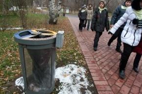 Вандалы сломали баки для раздельного сбора мусора