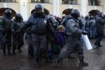 У Гостиного двора задержали 12 защитников 31-й статьи Конституции (фоторепортаж): Фоторепортаж