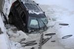 Фоторепортаж: «Водитель упавшего в Карповку джипа заплатит городу за сломанную решетку»