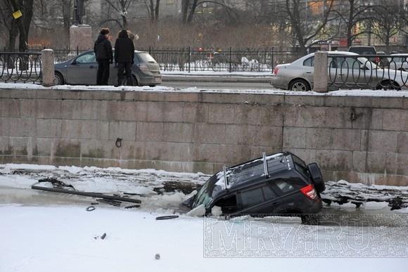 Водитель упавшего в Карповку джипа заплатит городу за сломанную решетку: Фото