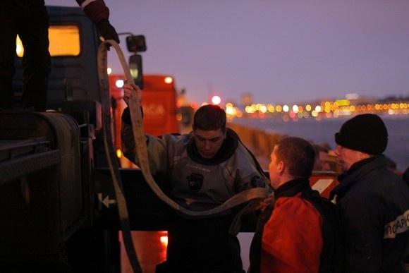 Спасатели вытащили из Невы затонувшую грузовую газель. Фоторепортаж: Фото