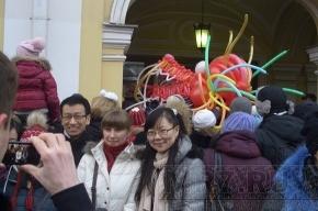 По Невскому прошла процессия с пестрыми покрывалами