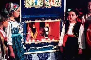 Рождественский театр умещается в самодельном ящике
