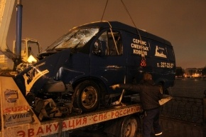 Спасатели вытащили из Невы затонувшую грузовую газель. Фоторепортаж