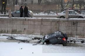 Водитель упавшего в Карповку джипа заплатит городу за сломанную решетку