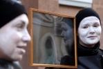 Общественники приковали себя цепями пред зданием комитета по здравоохранению: Фоторепортаж