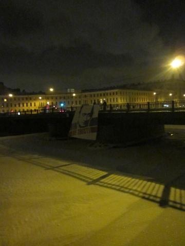 На десяти мостах Петербурга неизвестные признались в любви к Путину : Фото