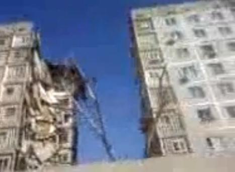 Под завалами дома в Астрахани спасатели слышат голоса людей: Фото