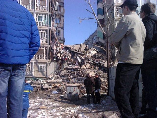 Под завалами рухнувшего дома в Астрахани остаются люди: Фото