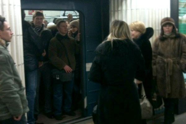 Из-за неисправного состава на «Петроградской» столпотворение (фото): Фото