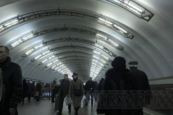 На «фиолетовой» ветке метро Петербурга возникла пробка из поездов: Фото