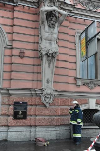 Фоторепортаж: на Невском проспекте горит дворец: Фото