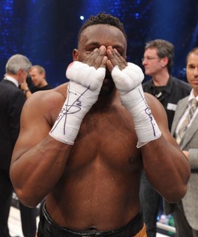 Боксера Дерека Чисору дисквалифицировали за плевок в лицо Кличко: Фото