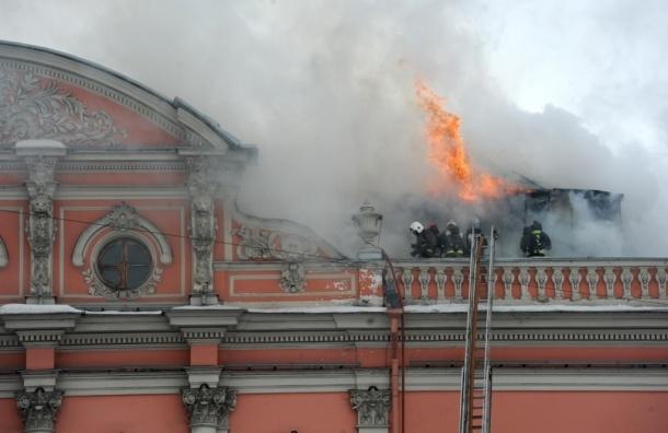 Фоторепортаж: на Невском проспекте горит дворец