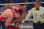 Боксера Дерека Чисору дисквалифицировали за плевок в лицо Кличко