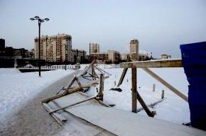 У Яблоновского сада повалили строительный забор